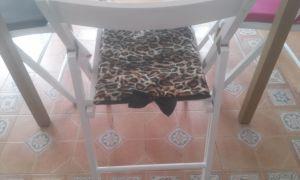 cojin-leopardo Mesa fabricada con loseta de madera tropical.