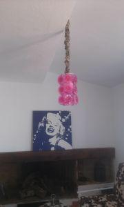 lampara-en-el-sofa-1 Lámparas recicladas de plástico.