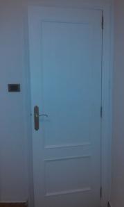 puerta pintada de blanco