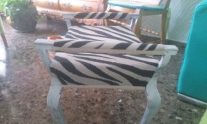 1412259164348 Banqueta de madera tapizada con reposabrazos.