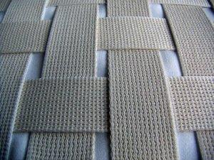 cintas-entrelazadas Banqueta de madera tapizada con reposabrazos.
