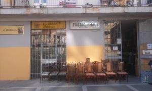 fachada-rastro-de-emaus-11 Banqueta de madera tapizada con reposabrazos.