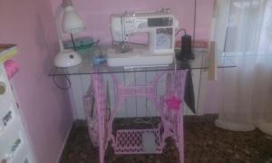 maquina-de-coser-de-cerca Pie de máquina de coser singer, rosa.