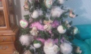 adornos-vistos-de-cerca Arbol de Navidad con flores.